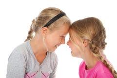 Zwei Mädchen, die zusammen Köpfe lachen Lizenzfreie Stockfotos