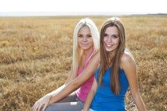 Zwei Mädchen draußen, beste Freunde lizenzfreie stockbilder
