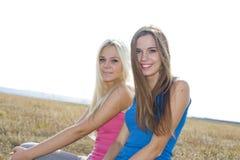 Zwei Mädchen draußen, beste Freunde Stockbild
