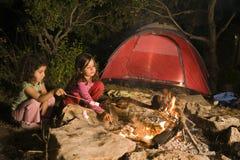 Zwei Mädchen an einem Feuer Lizenzfreie Stockfotografie