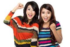 Zwei Mädchen in einer glücklichen Freundschaft lizenzfreie stockbilder