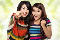 Zwei Mädchen in einer glücklichen Freundschaft stockfoto