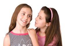 Zwei Mädchen im Alter von 10 sprechend und träumend Stockfotografie
