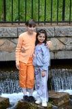 Zwei Mädchen im Alter von sieben oder acht aufwerfend in einem Vergnügungspark Stockbild