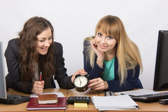 Zwei Mädchen im Büro, welches glücklich auf das Ende des Arbeitstages wartet Stockfoto