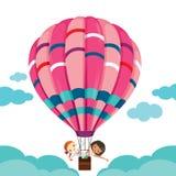 Zwei Mädchen im Ballon, der auf den Himmel schwimmt Stockfoto