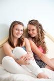 Zwei Mädchen im Bett Stockbild