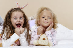 Zwei Mädchen im Bett Stockfotografie
