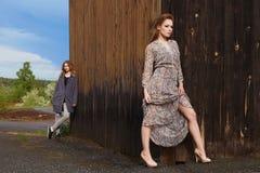 Zwei Mädchen im Dorf Stockfotos