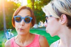 Zwei Mädchen im Park Lizenzfreie Stockbilder