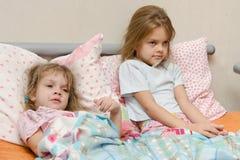 Zwei Mädchen kranke meryat Temperatur Lizenzfreies Stockbild
