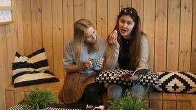 Zwei Mädchen lasen Zeitschrift und das Lachen stock video footage