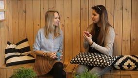 Zwei Mädchen lasen Zeitschrift und das Lachen stock video