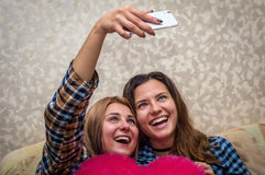 Zwei Mädchen machen ein Foto selfie lizenzfreie stockbilder