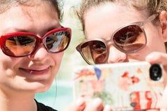 Zwei Mädchen machen selfie Lizenzfreie Stockbilder