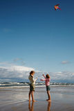 Zwei Mädchen mit Drachen Lizenzfreies Stockfoto