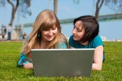 Zwei Mädchen mit einem Laptop Stockbilder