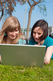 Zwei Mädchen mit einem Laptop Stockfoto