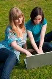 Zwei Mädchen mit einem Laptop Stockfotografie