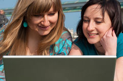 Zwei Mädchen mit einem Laptop Stockfotos