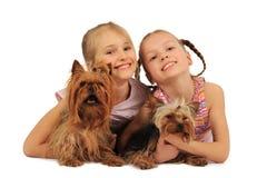 Zwei Mädchen mit Hunden Stockfotos