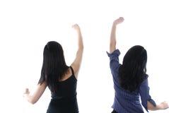 Zwei Mädchen mit ihren Händen oben Stockbild