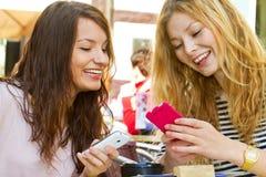Zwei Mädchen mit intelligentem Telefon Stockfoto