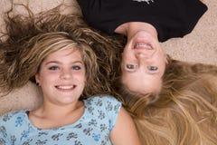 Zwei Mädchen mit Köpfen zusammen Lizenzfreies Stockbild
