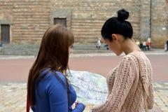Zwei Mädchen mit Karte lizenzfreie stockfotografie