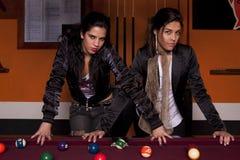 Zwei Mädchen nahe bei einer Snookertabelle Stockbilder