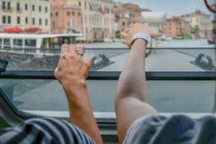 Zwei Mädchen passen Venedig vom Boot auf stockfotografie
