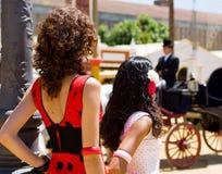 Zwei Mädchen am Spanischen angemessen Stockfoto