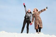 Zwei Mädchen stehen neben Einfluss auf Händen Stockbilder