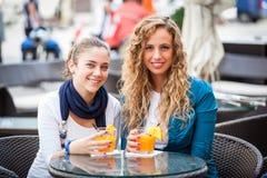Zwei Mädchen-Trinken stockfotografie