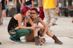 Zwei Mädchen an Tuborg grünem Fest Stockfotografie