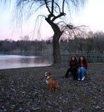 Zwei Mädchen und ein Hund Lizenzfreie Stockfotos