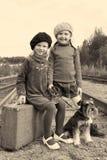 Zwei Mädchen und ein Hund gehen durch Schiene Stockfotos