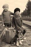 Zwei Mädchen und ein Hund gehen durch Schiene Lizenzfreies Stockfoto
