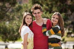 Zwei Mädchen und ein Junge Lizenzfreies Stockbild