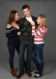 Zwei Mädchen und ein Kerl stockfotografie