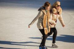 Zwei Mädchen von Jugendlichen auf dem Eis Lizenzfreie Stockfotos