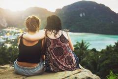 Zwei Mädchen, welche die Ansicht vom Berg bewundern Stockbild