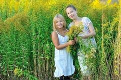 Zwei Mädchen, welche die Natur genießen lizenzfreie stockbilder