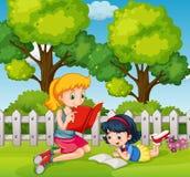 Zwei Mädchenlesebücher im Garten lizenzfreie abbildung