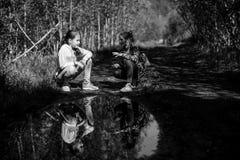 Zwei Mädchenschwestern oder -freundinnen sprechen emotional im Park Stockbilder