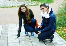 Zwei Mädchenwege im Herbstpark lizenzfreies stockfoto