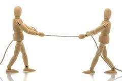 Zwei Männchen, die ein Seil ziehen Stockfotografie