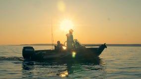 Zwei Männer auf einem Fischerboot, Seitenansicht stock footage