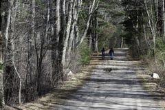Zwei Männer auf Schotterweg stockbilder