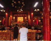 Zwei Männer beten am Altar eines Tempels in Taiwan Lizenzfreie Stockbilder